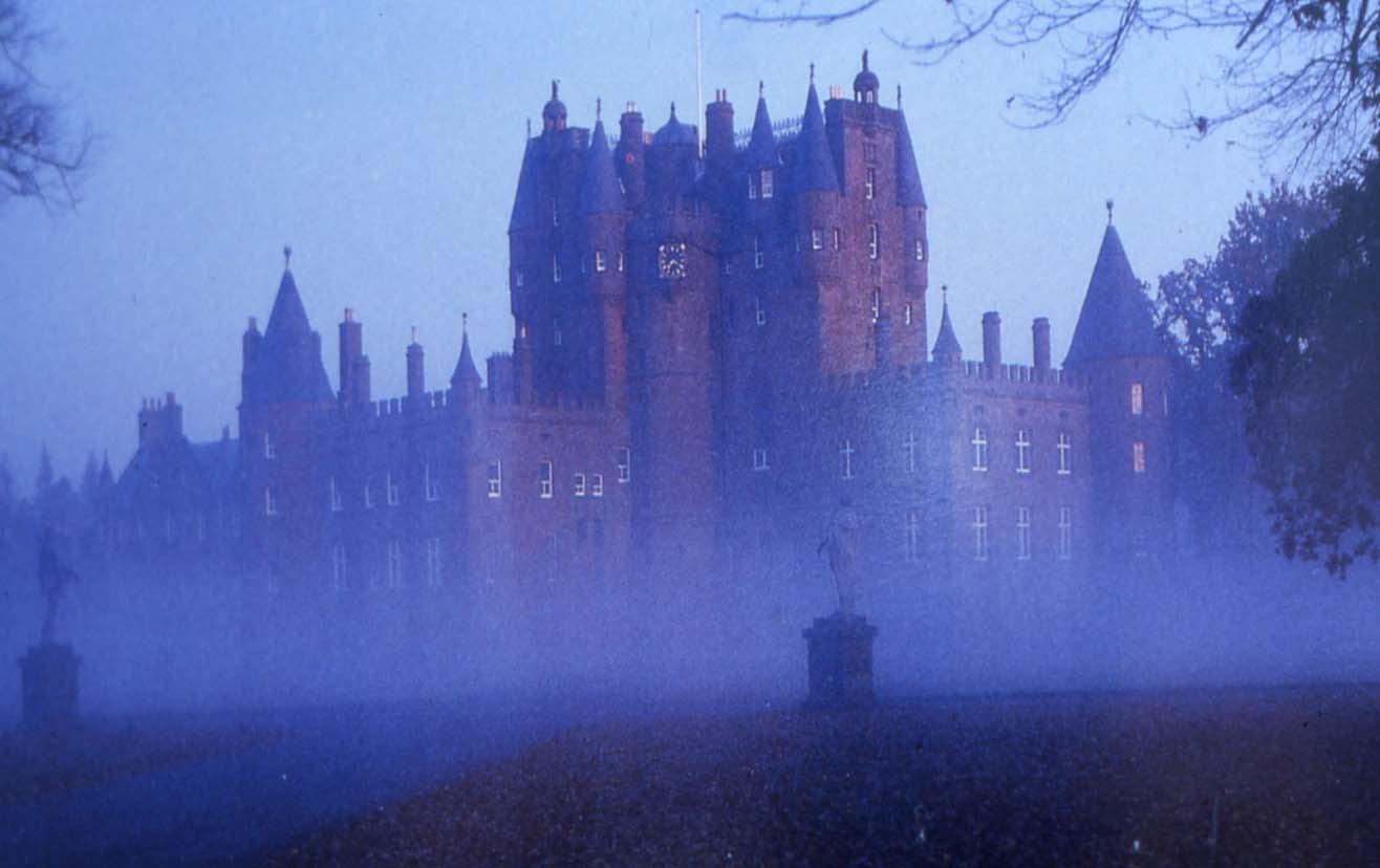 https://nicolakirk.files.wordpress.com/2010/03/16-03-2010-glamis-castle.jpg